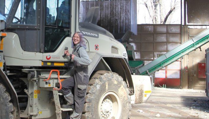 Jenny Püschner an ihrem Arbeitsplatz: Sie hat Spaß an ihrem Beruf. Foto: Stadtwerke Rosenheim