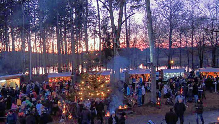 Eine ganz besondere Atmosphäre liegt über dem Weihnachtsmarkt am See.