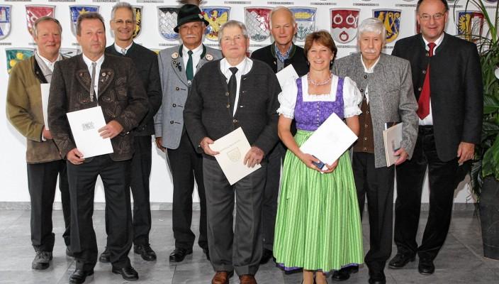 """Zusammengezählt sind die acht Geehrten aus dem Landkreis Rosenheim fast 280 Jahre im Ehrenamt tätig. Von Landrat Wolfgang Berthaler (rechts) gab es dafür ein großes Lob: """"Viele Dinge in den Gemeinden passieren nur wegen Ihnen."""""""