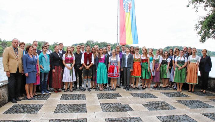 36-mal die Abschlussnote 1,5 und besser: Die stolzen Absolventen bei der Ehrung durch Landrat Wolfgang Berthaler auf Schloss Hartmannsberg.
