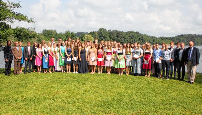 51 Real- und Wirtschaftsschüler schafften in diesem Jahr ihren Abschluss mit der Note 1,5 und besser. Sie wurden von Landrat Wolfgang Berthaler auf Schloss Hartmannsberg geehrt.
