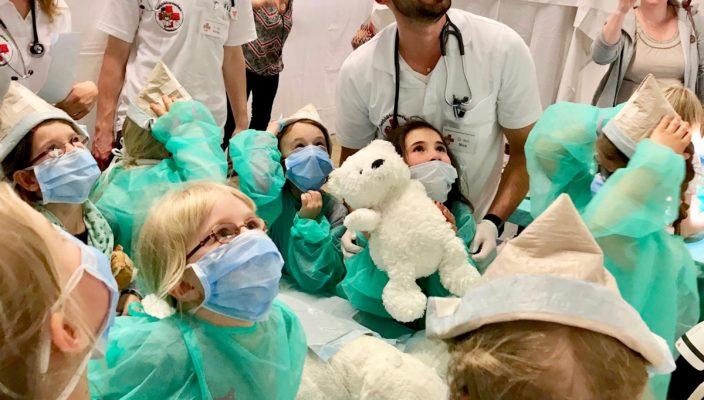 Hier entbindet gerade eine Eisbärenmutter aus Plüsch! Das ist richtig spannend für die kleinen Besucher.