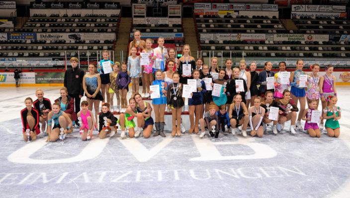 Die strahlenden Sieger beim Kür-Wettbewerb präsentieren stolz ihre Pokale und Urkunden.