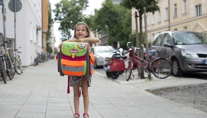 Zu Fuß zur Schule gehen ist gut für die Entwicklung von Kindern. Die Eltern sollten allerdings mit ihnen den Schulweg gut üben. Foto: BLLV