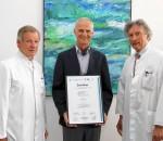 RoMed-Geschäftsführer Günther Pfaffeneder präsentiert mit dem Leiter des Zentrums, Chefarzt Dr. Frank Hoffmann (rechts), und Oberarzt Dr. Hans Karl von Liel (links) die Zertifizierungsurkunde.