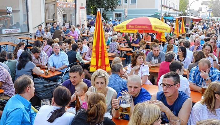 Das Bad Endorfer Dorffest: Die Gelegenheit für einen netten Ratsch... Fotos: Ammelburger
