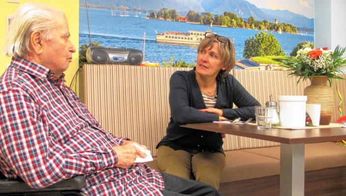 Im Gespräch über die vertrauten Berge im Hintergrund. Martina Mitterer teilt Rolf Schnabels Verbindung mit den Bergen. Foto: Ober