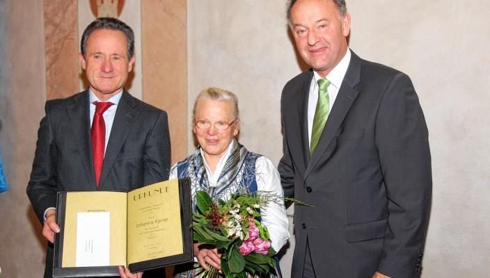 Die Preisträgerin Johanna Karrer wurde gemeinsam von Landrat Josef Neiderhell (links) und Flintsbachs Bürgermeister Wolfgang Berthaler ausgezeichnet.