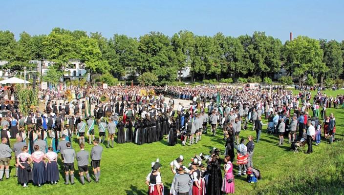 Viele Gläubige kamen am vergangenen Sonntag zum Erntedankgottesdienst im Mangfallpark. Fotos: Reisner