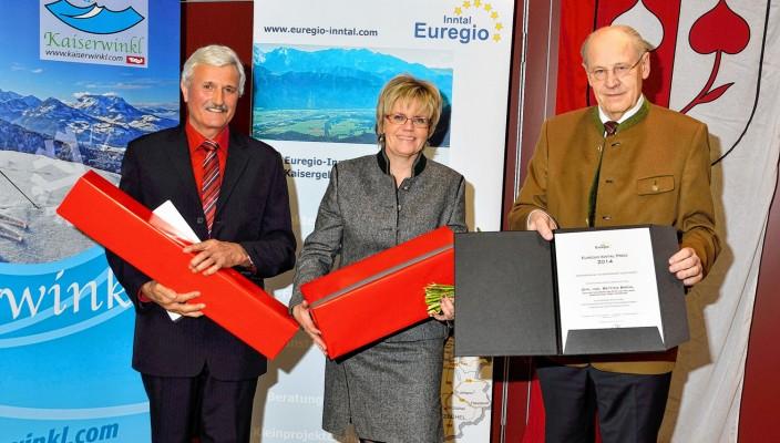 Johann Luchner (links) hielt die Laudatio für Bettina Brühl, der Präsident der Euregio, Professor Walter J. Mayr, übergab die Urkunde.
