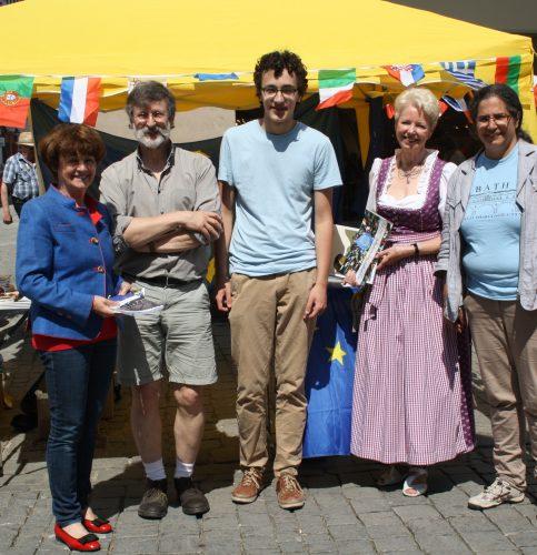 Johanna Mathäser (rechts) und ihre Mitstreiter von der Europa-Union Rosenheim.