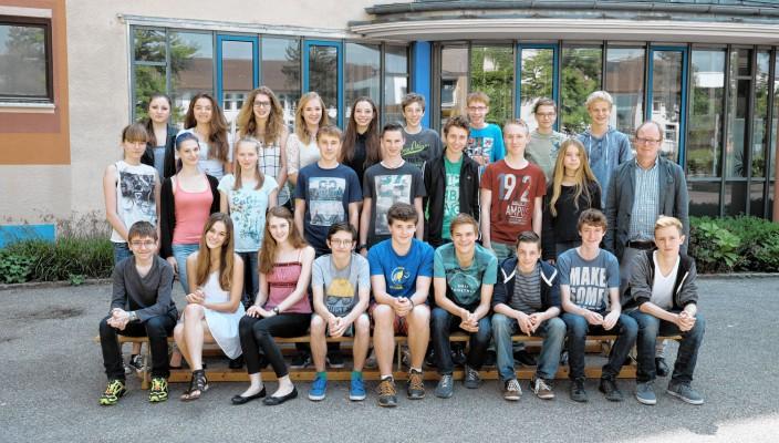 Die Klasse 9b mit Studienrat Winfried Adam.
