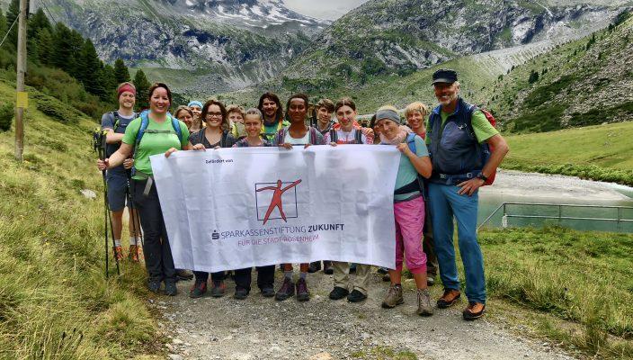 Dieses Jahr wandern Schülerinnen, Lehrkräfte und Bergwanderführer Peter Birle auf den Spuren Ötzis. Foto: MRS