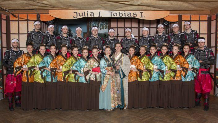 Das charmante Prinzenpaar Tobias I. und Julia I. umrahmt von den stilecht gekleideten Damen und Herren der Faschingsgesellschaft.