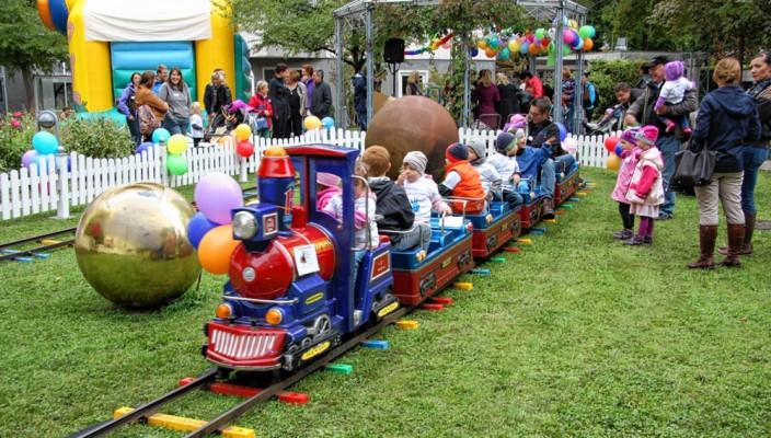 Über 100 Gäste folgten der Einladung der Kinderklinik und kamen zum Frühchenfest in den Klinikgarten.