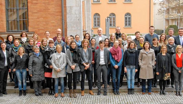 Rund 40 Bildungskoordinatorinnen und Koordinatoren aus Bayern und BadenWürttemberg tauschten sich in Rosenheim darüber aus, wie Integration durch Bildung gelingen kann und welche Rahmenbedingungen dafür geschaffen werden müssen. Foto: Trux