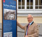 Der Zweite Bürgermeister Anton Heindl steuerte das Bild für die neue Informationsstele aus seinem Privatbesitz bei. Foto: Schlecker