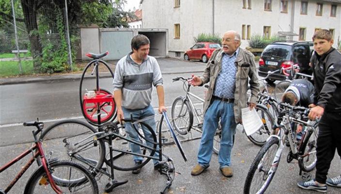 Start frei für die Radwerkstatt im Oktober 2011, Johann Peschke (Bildmitte) hat alle Hände voll zu tun, ein Riesenerfolg für den Stadtteilverein Bunte Finsterwalderstraße e.V.