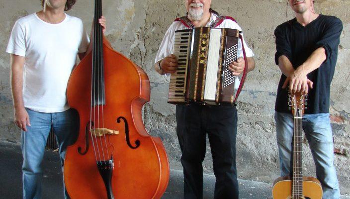 """Für die musikalische Unterhaltung sorgt die Wasserburger Gruppe """"Tri Mio""""."""