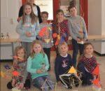 """Stolz präsentierten die Kinder der Grundschulen Aising und Pang mit Kursleiterin Kristin Winkelmann die """"räumlichen Gebilde"""", die sie in Anlehnung an die Bauhauskunst erstellt haben. Foto: Grundschule Aising/Pang."""
