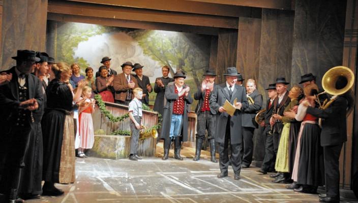 """Ein Großaufgebot des Volkstheaters Flintsbach bringt den """"Glockenkrieg"""" auf die Bühne. Fotos: re"""