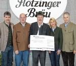 Bei der Spendenübergabe (von links): Prokurist Wolfgang Dichtl, Braumeister Franz Amberger, Walter Weinzierl, Juniorchefin Marisa Steegmüller und Geschäftsführer Andreas Steegmüller-Pyhrr.