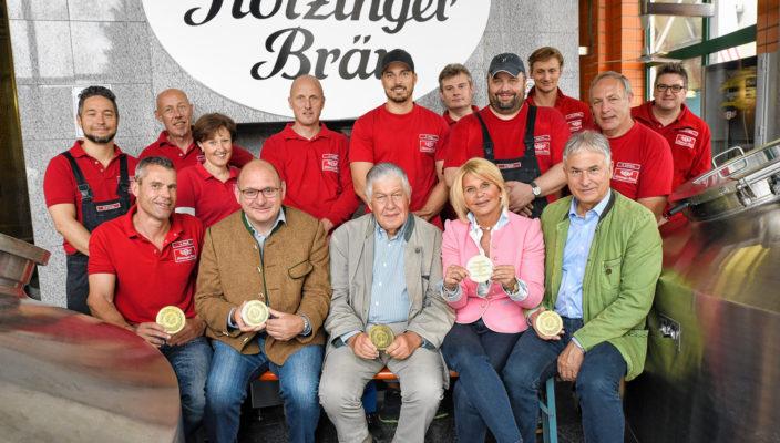 Gemeinsam für den Erfolg: Brauer und Mälzer der Flötzinger Brauerei (hintere Reihe); Alfred Riedl, Franz Amberger, Franz und Marisa Steegmüller, Andreas Steegmüller-Pyhrr (vordere Reihe von links)