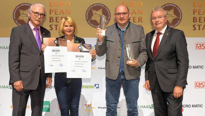Große Freude über die Auszeichnung, von links: Gerhard Ilgenfritz (Präsident Priv. Brauereien Bayern), Marisa Steegmüller, Franz Amberger (Erster Braumeister) und Detlev Projahn (Präsident Priv. Brauereien Deutschland). Foto: re