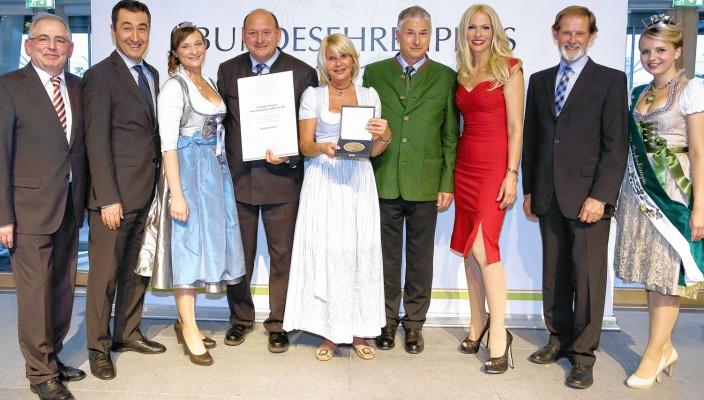 Bundesehrenpreis für die Flötzinger Brauerei: Ministerialdirigent Dr. Theodor Seegers (BMEL, 2.v.r.) überreicht zusammen mit DLG-Vizepräsident Prof. Dr. Achim Stiebing (l.) sowie in Anwesenheit der Bayerischen Milchkönigin Tina-Christin Rüger (3.v.l.) und der Hallertauer Hopfenkönigin Regina Obster (r.) und der neuen Bierbotschafter Sonya Kraus und Cem Özdemir (2.v.l.) die Medaille und Urkunde an Marisa Steegmüller, Andreas Steegmüller-Pyhrr und Franz Amberger. Foto: DLG