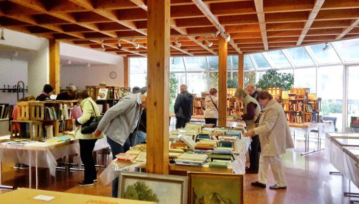 Blick in den Bücherflohmarkt im Haus des Gastes. Foto: Hötzelsperger
