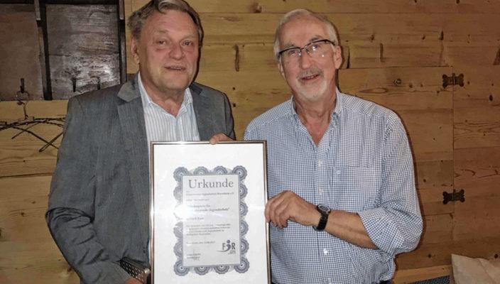 Der Förderverein Jugendarbeit Rosenheim übergibt Gerd Rose den Förderpreis für seine unermüdliche Arbeit und Leistung im Verein.