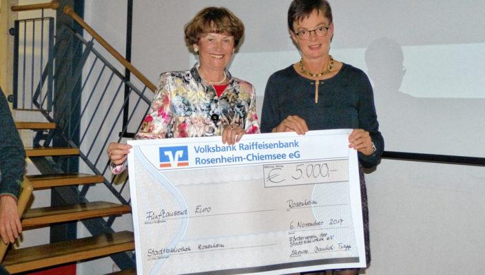 Eleonore Dambach, links, überreichte Bibliotheksleiterin Susanne Delp einen Spendenscheck des Fördervereins.