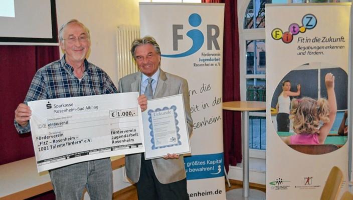 Freude bei der Scheckübergabe: Klaus Schäfer (links) und Wolfgang Zeller. Foto: Sieberath