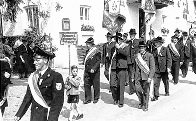 Blick in die Bilder-Chronik des Traditionsvereins: Die Vereinsmitglieder bei der 1000-Jahr-Feier Umrathshausen im August 1957.