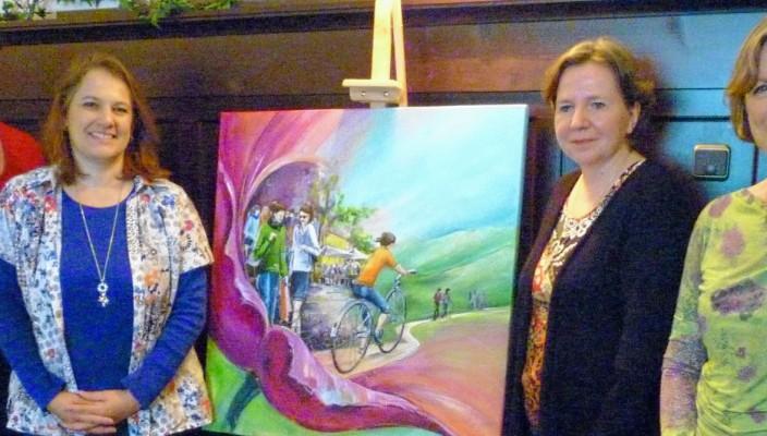 Die drei Vorstandsfrauen mit Malerin Alexandra Fradl, die dem Notruf ein Bild überreichte: Christiane Cremer, Alexandra Fradl, Christina Diez und Christiane Bierner (von links).