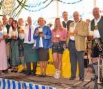 Ein Prosit auf das Frühjahrsfest in Pang: Familie Steegmüller stieß im letzten Jahr gemeinsam mit den Festwirten und Bürgermeister Anton Heindl an. Fotos: Ruprecht