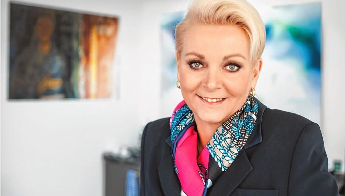 Gabriele Bauer, Oberbürgermeisterin von Rosenheim, hat gut lachen: Sie bekam 69,1 Prozent der Stimmen und bleibt damit unangefochten in ihrem Amt.