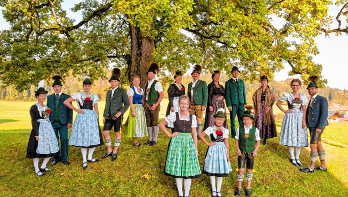 """Vor 30 Jahren war zuletzt das Gautrachtenfest des Chiemgau-Alpenverbandes beim Trachtenverein """"Daxenwinkler"""" in Prien-Atzing. So wie 1987 haben sich auch heuer der Festausschuss, der gesamte Verein und die Dorfgemeinschaft auf den trachtlerischen Jahreshöhepunkt im Chiemgau vorbereitet. Die Festwoche dauert vom Donnerstag, 27. Juli, bis Montag, 7. August, bereits jetzt haben sich über 4200 Trachtlerinnen, Trachtler und Blasmusikanten für den Gaufest-Sonntag, 30 Juli angemeldet. Weitere Informationen gibt es auf der Internet-Seite unter www. gaufest.bayern. Foto: Nietzsche"""