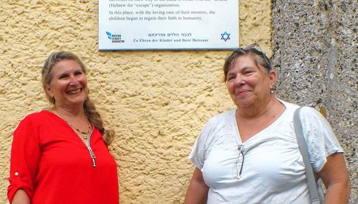 Die Mutter von Niva Ashkenazy und Esther Weiss lebte im Rosenheimer DP-Camp. Das Bild zeigt sie vor der Gedenktafel. Foto: Bundespolizei