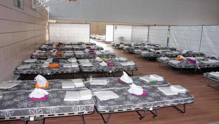 In kürzester Zeit musste die Sporthalle zur Gemeinschaftsunterkunft für Asylbewerber umfunktioniert werden. Foto: re