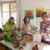 """Für den Geschirrmarkt """"Aufdeckt is!"""" packen die ehrenamtlichen Helferinnen der Caritas Seniorenbegegnungsstätte Rosenheim Erika Kirchner, Helga Hadamek und Dorothea Ebert-Lapp Geschirr aus. Jeder Griff ist eine Überraschung."""