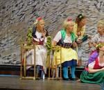 Farbenprächtig und lustig ging es beim Theaterstück zu. Foto: hö