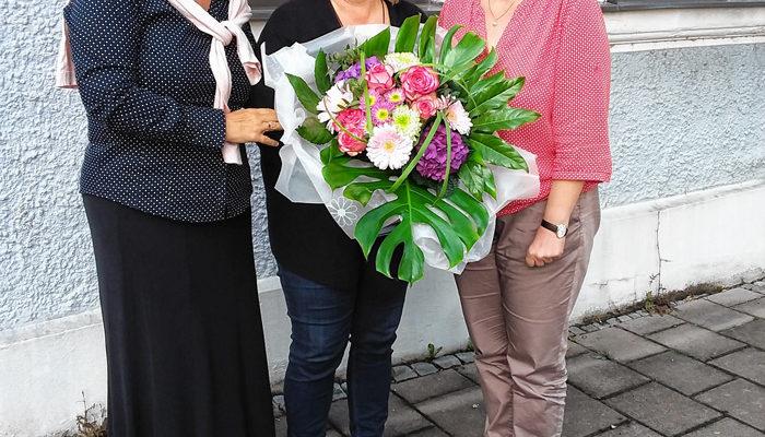 Die Glückwünsche der Partei an Angelika Graf (Mitte) überbrachten Maria Noichl (links) und Elisabeth Jordan (rechts).