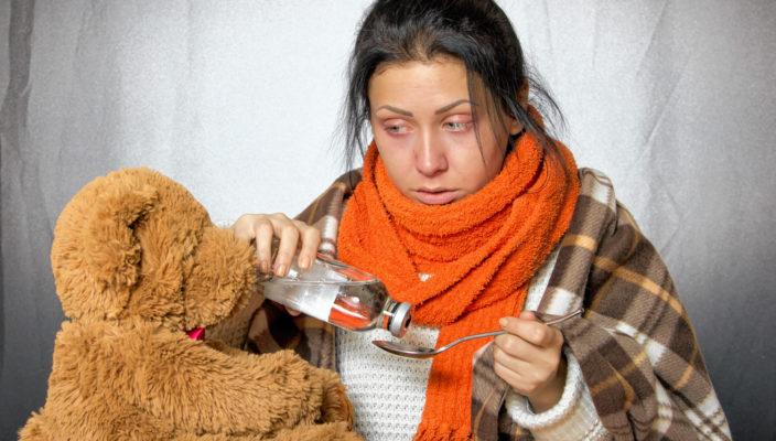 Zuhause bleiben und das Bett hüten ist ein Muss bei Grippeerkrankungen