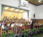 Fleißig proben die Musiker für ihren Auftritt in Raubling.
