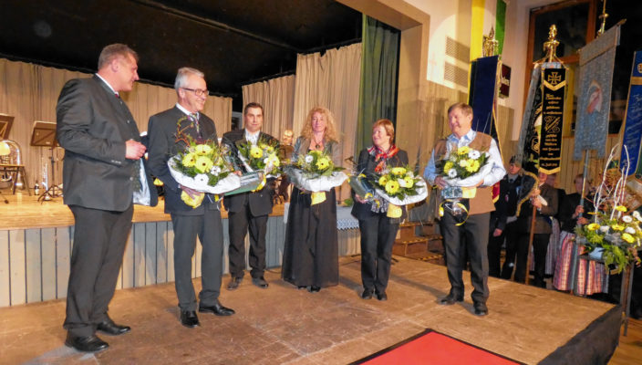 Die geehrten Kassenverwalter, von rechts, Willi Schmidbauer, Gerda Zaißl, Sabine Rudolph, Michael Strauß, Peter Feicht mit Bürgermeister Bernd Fessler.