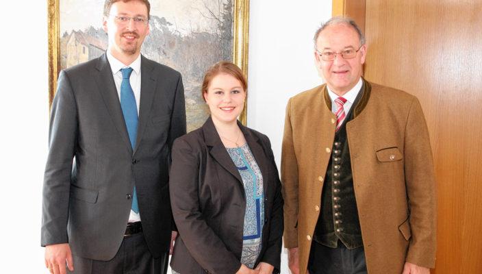 Von links: Manager Patrick Huber, Abteilungsleiterin Inga Thiemicke und Landrat Wolfgang Bernthaler. Foto: re