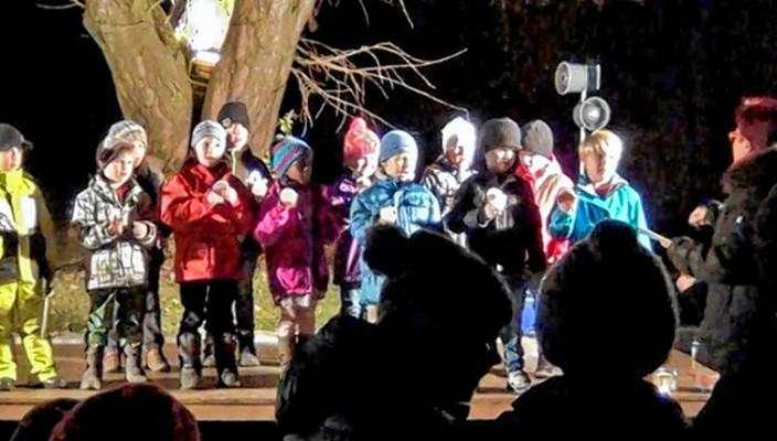 Unter der alten Linde auf dem Schulhof der Grundschule Hochstätt wird es zur Weihnachtszeit stimmungsvoll und besinnlich.