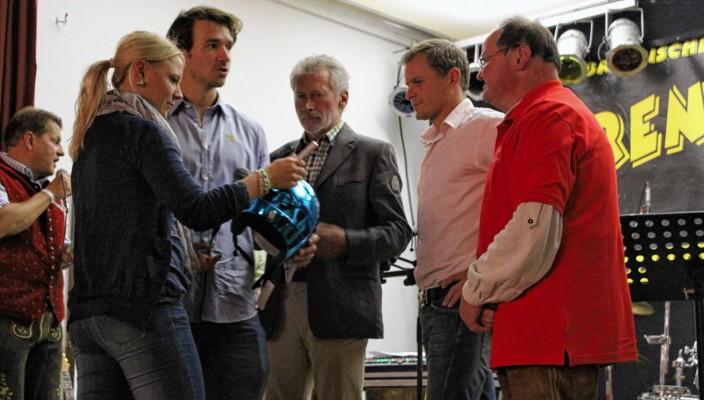 Miriam Gössner (links) gibt Klaus Heibisch (rechts) den Stift, damit auch er sein Autogramm auf den – Sturzhelm von Felix Neureuther schreiben kann. Neben Heibler vom SBR Abteilung Handicap Integrativ, Tobias Angerer, Paul Breitner und Felix Neureuther. Foto: Goike