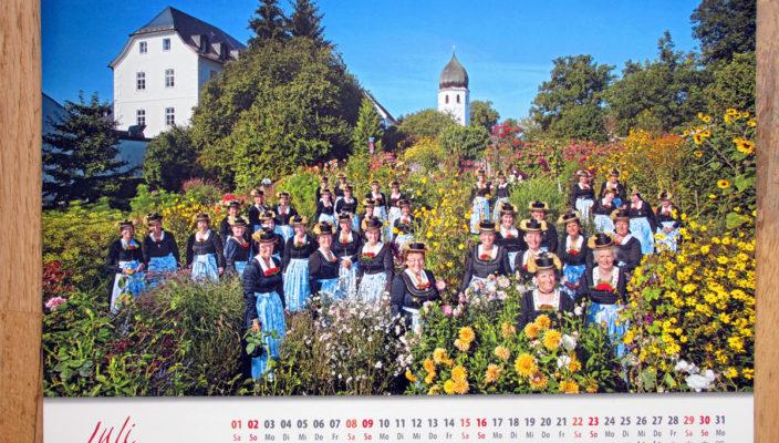 Das Juli-Motiv des Doppel-Kalenders im Klostergarten der Abtei Frauenchiemsee. Repro: Heuser